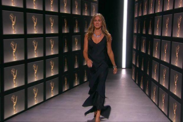Jennifer Aniston sur la scène des Emmy Awards.