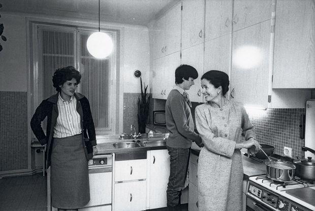 Anne-Aymone Giscard d'Estaing avec ses filles, Valérie-Anne (à g.) et Jacinte (disparue le 18 janvier 2018) dans l'appartement familial, rue Bénouville, à Paris, en mars 1981.