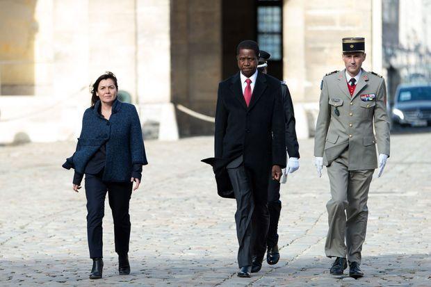 Annick Girardin, ministre déléguée à la francophonie, et Edgar Lungu dans la cour de l'Elysée, le 8 février 2016