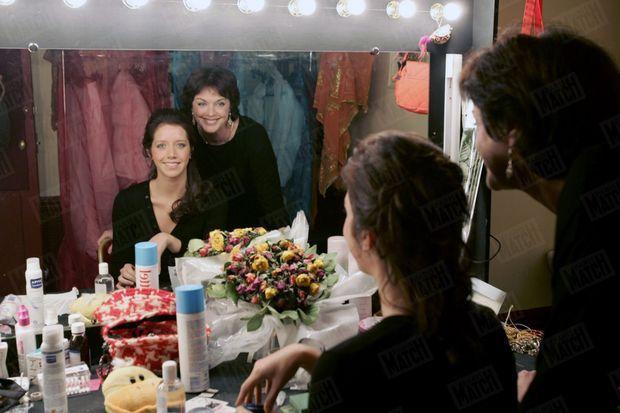 """« Anny a voulu être la première à encourager Sara dans sa loge du Petit Théâtre de Paris. """"Elle a choisi sa voie seule, dit-elle. Personne ne l'a influencée."""" » - Paris Match n°2959, 2 février 2006"""