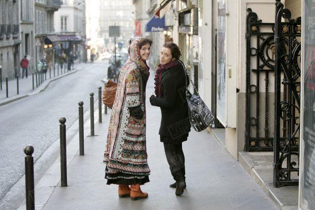 « Quand Anny, en manteau Chacok, et sa fille Sara se promènent rue Blanche à Paris, leurs silhouettes évoquent celles de deux copines. » - Paris Match n°2959, 2 février 2006