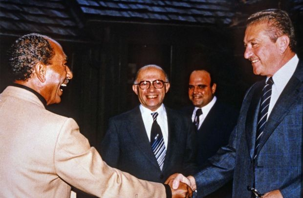 Chaleureuse poignée de main entre Anouar el-Sadate et Ezer Weizman, sous le regard de Menahem Begin à Camp David, en septembre 1978.