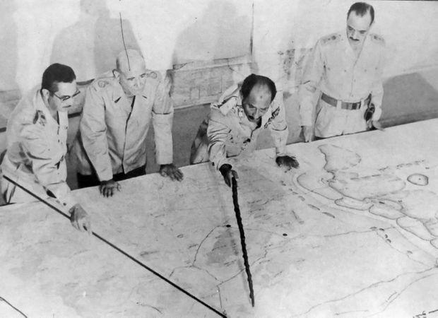 Le président égyptien Anouar el-Sadate dirigeant les opérations lors de la guerre d'octobre 1973.