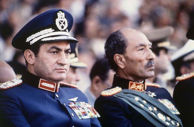 Le vice-président Hosni Moubarak, futur président égyptien, successeur d'Anouar el-Sadate, à ses côtés, quelques minutes avant son assassinat, le 6 octobre 1981.