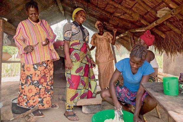 ans la cuisine commune (ci-dessous), autour de sœur Angélique (turban jaune), les femmes préparent le pain pour le vendre.