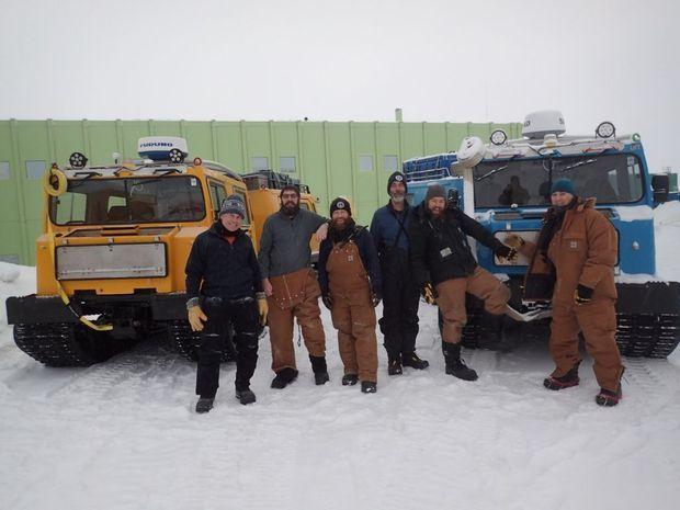 L'équipe de la Station Davis devant les deux véhicules tout terrain Hägglund. On remarque les deux puissants projecteurs placés au-dessus du pare-brise à l'origine de la lumière filmée par la webcam.