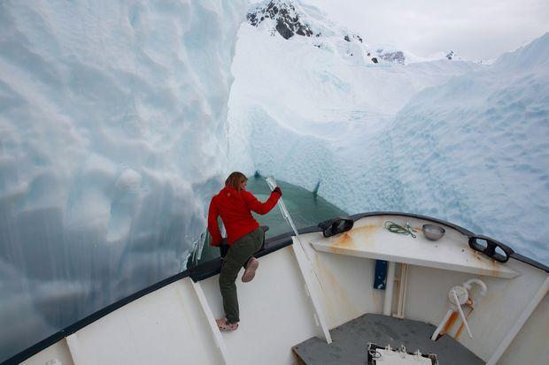 Entre deux icebergs, Juliette Hennequin cueille des stalactites pour les glaçons de l'apéro !