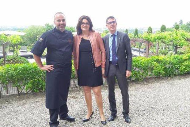 Anthony Torkington dans les vignes du St James à Bouliac. (de gauche à droite : le chef Nicolas Magie, Marie Borgel, Anthony Torkington)