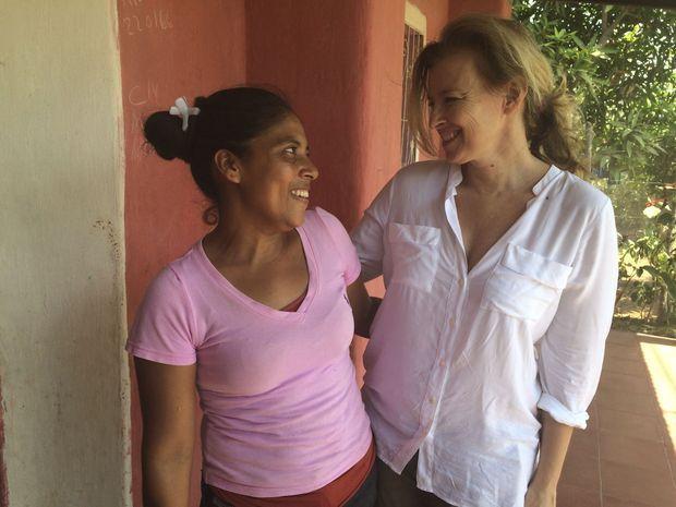 Antonia devant sa maison avec notre reporter, Valérie Trierweiler, le 25 février