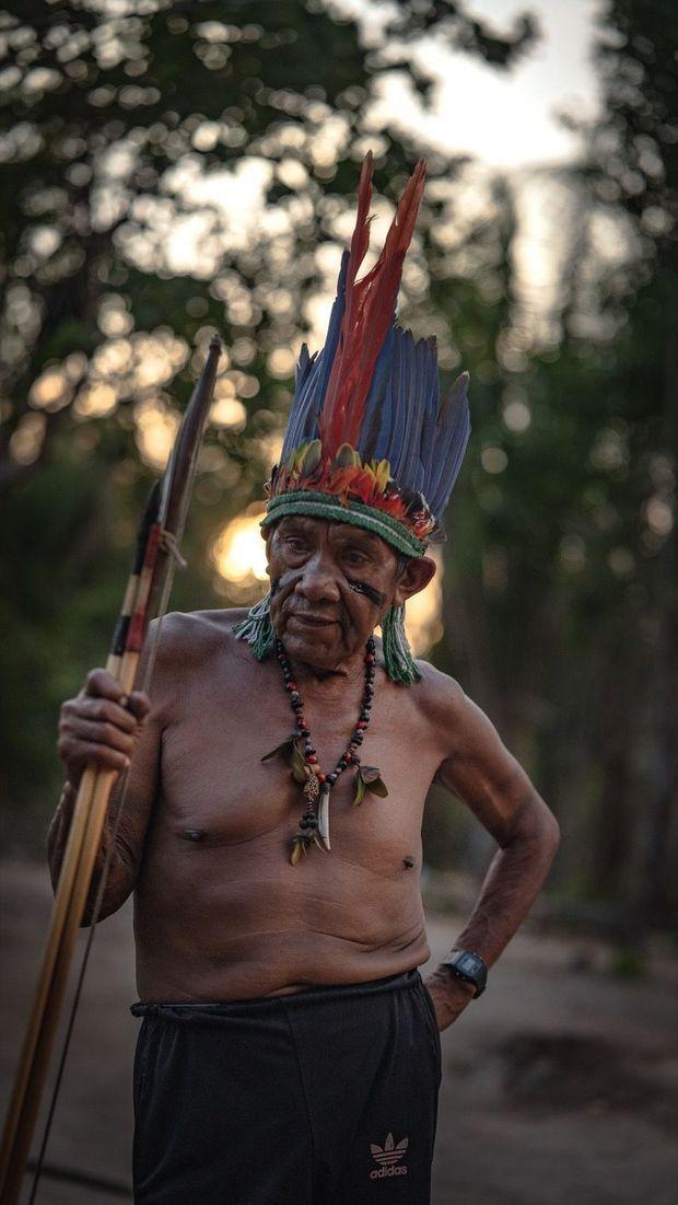 Antonio, cacique d'une tribu Guajajara de la réserve de Caru, a grandi dans une forêt qui était alors préservée : « Avant, la nature nous donnait tout ; aujourd'hui, elle se meurt, comme nous. »