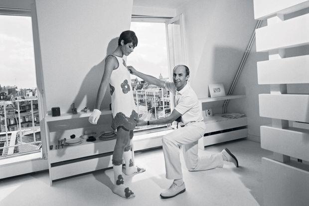 Août 1967, Courrèges travaille dans son laboratoire secret, au-dessus de ses salons, 40, rue François-Ier.