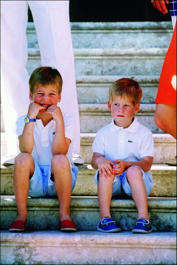 Août 1988. William, 6 ans, et Harry, 3 ans et demi, les marches du palais royal espagnol de Majorque. Leurs parents se sépareront quatre ans plus tard.