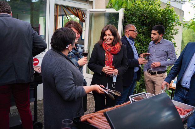 Apéro-barbecue avec élus et militants à Salavas, en Ardèche, le 17 mai.
