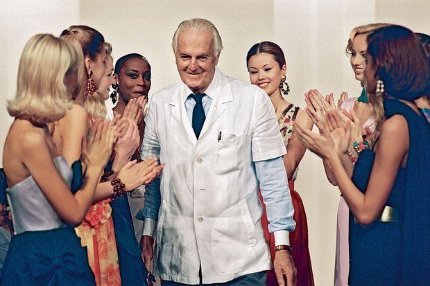 Après le défilé du 11 juillet 1995, ses mannequins l'applaudissent. Le créateur commence une nouvelle vie.