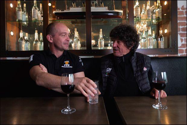 Après le sauvetage, ils se l'étaient promis : Jean Le Cam et Kevin Escoffier se retrouvent autour d'un verre.