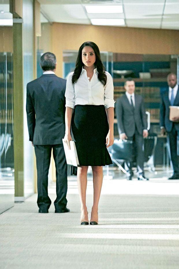 Après quelques rôles de figuration, elle est choisie pour interpréter le personnage de Rachel Zane dans la série « Suits » en 2011. Elle a alors 30 ans.