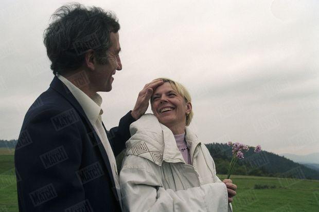 """Philippe Le Friant et Marie Arbant sur une colline qui domine le village des Villettes, où ils habitaient. """"Ils échangent enfin le sourire de la victoire"""", écrit Match en 1995, (n°2423). L'ancienne prostituée et l'ex-juge pensaient avoir gagné."""