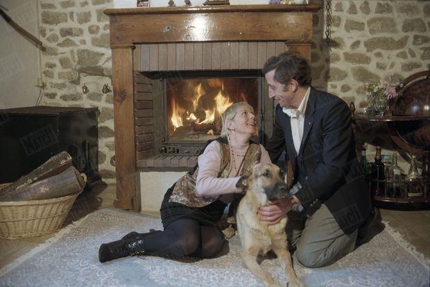 """""""Il lui avait offert la liberté et, ensuite, il lui apprit l'amour. Elle a adopté la maison de son enfance, aux Villettes, près de Saint-Etienne. Cet hiver 1995, Philippe et Marie, avec leur chienne Isis, croient qu'ils finiront par former un couple comme les autres."""" - Paris Match n°2599, 18 mars 1999."""