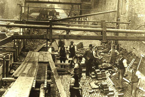 Des travaux à Birmingham en 1893, l'époque où les Peaky Blinders étaient actifs dans la ville.