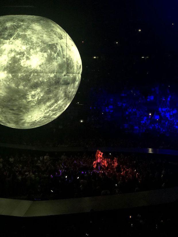 Ariana Grande sur scène mardi soir à Paris.
