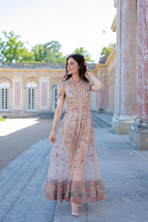 Ariana, mécène glamour en robe Dior. Et en parfaite harmonie avec les colonnes de marbre rose du Grand Trianon.
