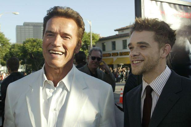 Arnold Schwarzenegger pose avec Nick Stahl en 2003.