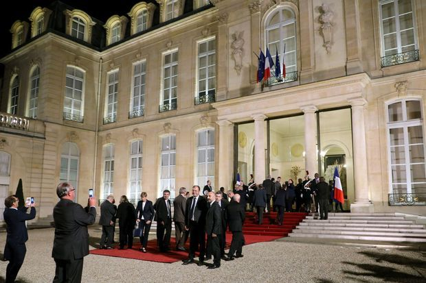 Arrivée des maires dans la cour de l'Elysée, mercredi soir.