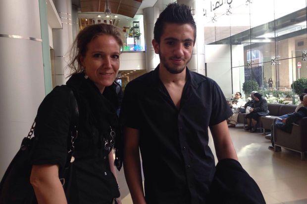 Arwa Damon et Joud, un des adolescents pris en charge par Inara.
