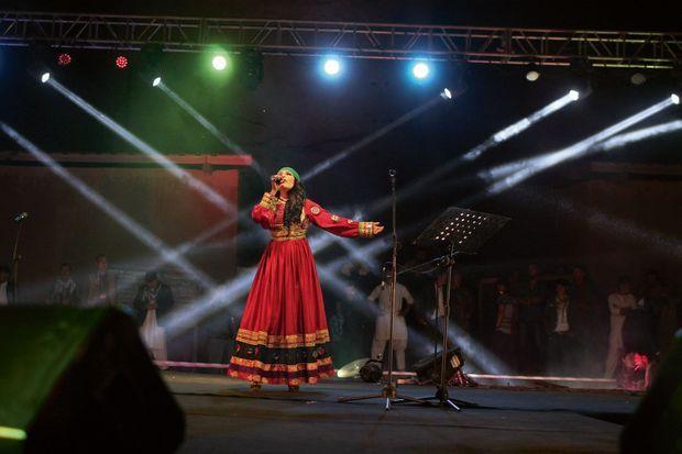 Le 15 août, à Bamiyan. A 21 heures, le clou du spectacle c'est Aryana. En robe traditionnelle pour montrer qu'elle respecte la culture afghane.