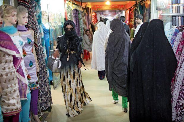 Samedi 17 août, dans une galerie commerciale, elle dissimule son visage à l'aide d'un foulard et de lunettes de soleil pour ne pas se faire repérer.