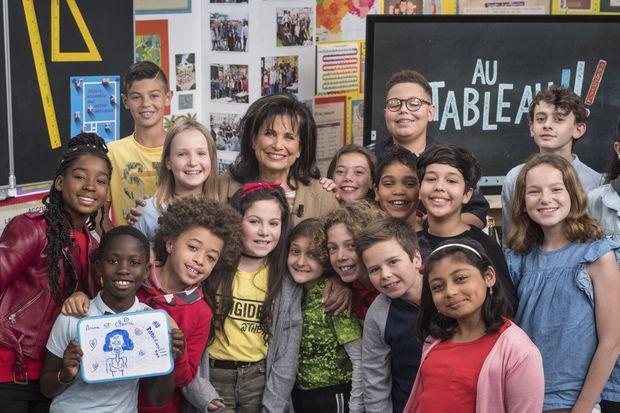 Anne Sinclair avec les enfants de l'émission de C8.