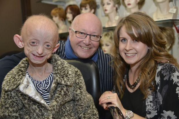 Ashanti pose avec sa mère Phoebe et le coiffeur Trevor Sorbie.