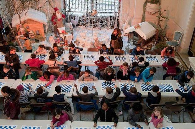 Pendant les matchs, 160 enfants jouent dans le hall de la mairie.