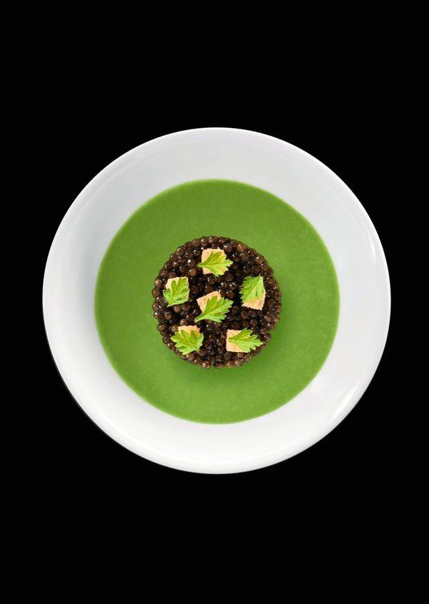 Assiette composée de chou-fleur crème Dubarry, flan de jeunes poireaux, caviar, pain croustillant.