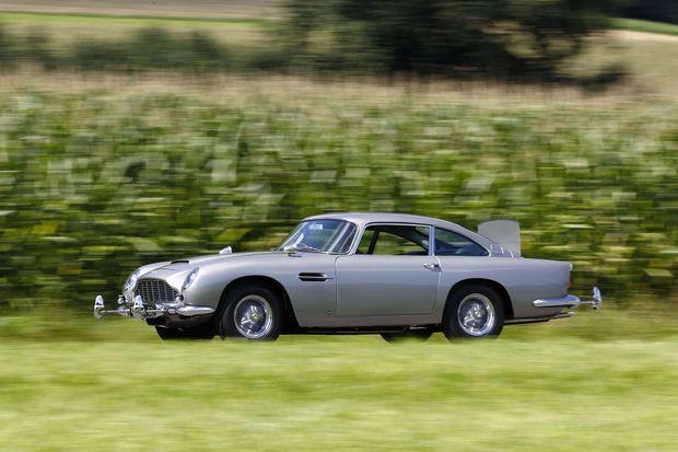 L'Aston Martin DB5 de James Bond présentée à Rétromobile.