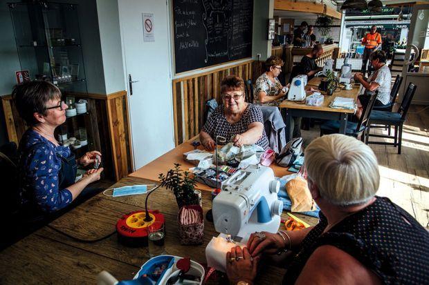 Atelier couture dans le bar associatif Ménadel et Saint Hubert, où des masques ont été fabriqués lors du confinement.