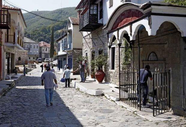 Le village de Karyès sert de capitale avec ses deux rues pavées. Il ne comporte ni école ni hôtel.