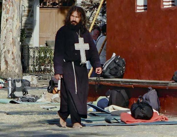 Un ermite aux pieds nus venu en pèlerinage