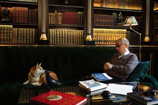 Au bar de l'hôtel: tête-à-tête avec ses livres et Illia, une chienne «distraite et philosophe».
