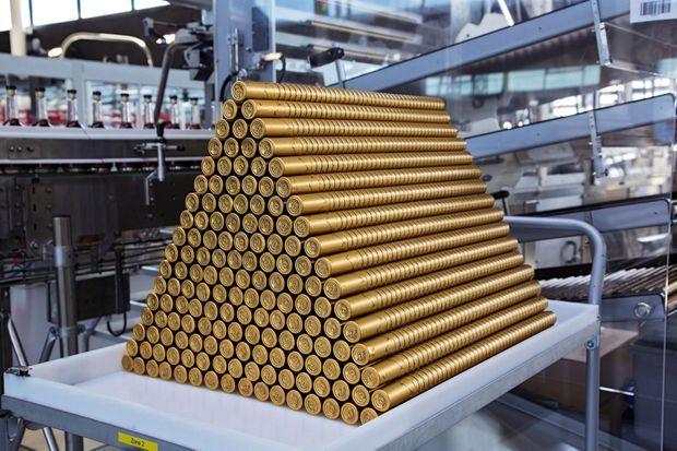 Au cœur de l'usine de Sallesd'Angles (Charente), une pyramide de bouchons Hennessy.