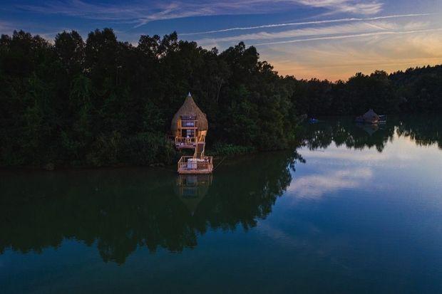 Au cœur du territoire de Franche-Comté, la vie de Robinson dans une cabane au bord d'un lac.