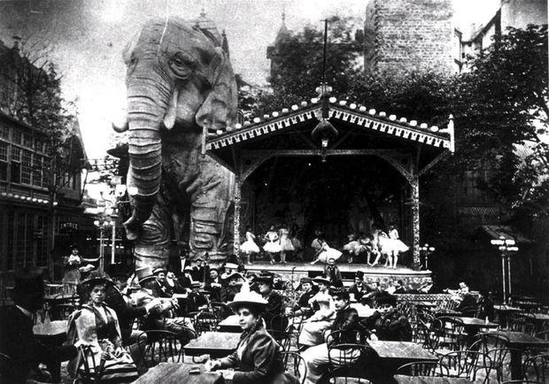 Au début du XXe siècle, derrière la salle de bal, le jardin du Moulin-Rouge où trône un immense éléphant. A l'intérieur, les loges des danseuses et, pour 1 franc, un spectacle de danse du ventre.