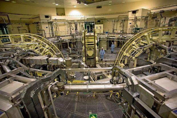 Au-dessus de la chambre d'expériences, une structure avec des rampes articulées pour transporter et positionner le matériel.