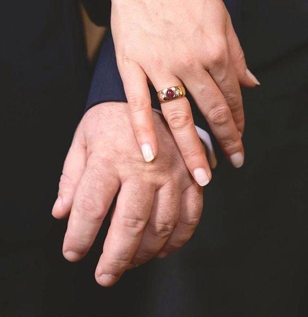 Au doigt de la fiancée, une bague sertie d'un rubis et de diamants appartenant à la famille Romanov. U