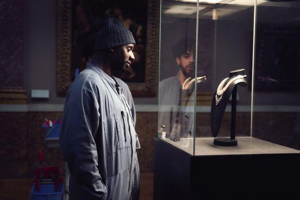 Au Louvre : Assane, alias Arsène, jette son dévolu sur un collier.