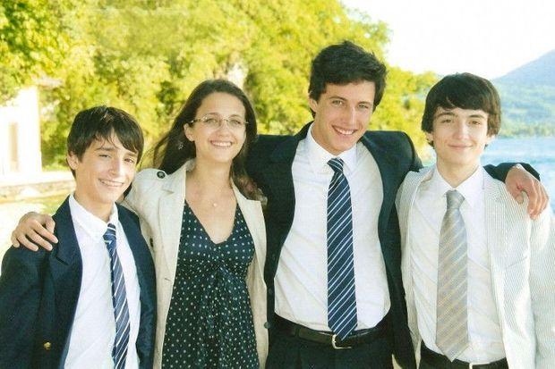 Au mariage d'une cousine à Annecy, en 2009. Les enfants (de g. à dr.) : Benoît, 13 ans, Anne, 16 ans, Arthur, 20 ans, et Thomas, 18 ans. en bas, Xavier de Ligonnès et sa femme, Agnès.
