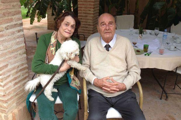 Au Maroc, fin 2014 notre reporter avec Sumette, le bichon maltais qui a succédé à Sumo, traumatisé par la perte de l'Elysée et de son parc.