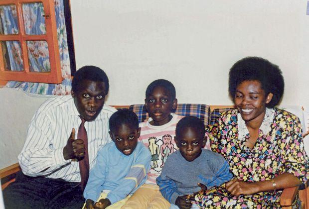 Au Rwanda, que ses parents Emile et Pascasie ont retrouvé après leurs études en Allemagne, Corneille (au centre) entouré de ses petits frères, Christian et Florian