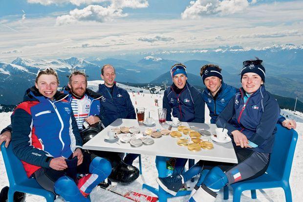 Au sommet de la croix de Chamrousse, tous les médaillés de l'équipe paralympique. De g. à dr. : Arthur Bauchet, Frédéric François, Anthony Chalençon et son guide Simon Valverde, Benjamin Daviet et Marie Bochet.