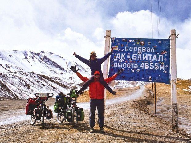 Au sommet du col Akbaital, au Tadjikistan.
